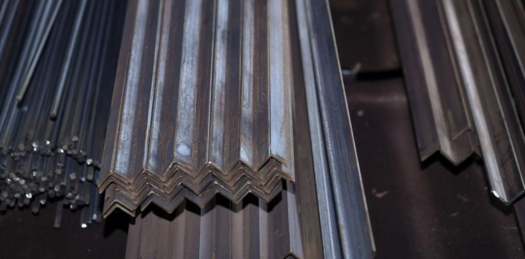 Уголок стальной на складе