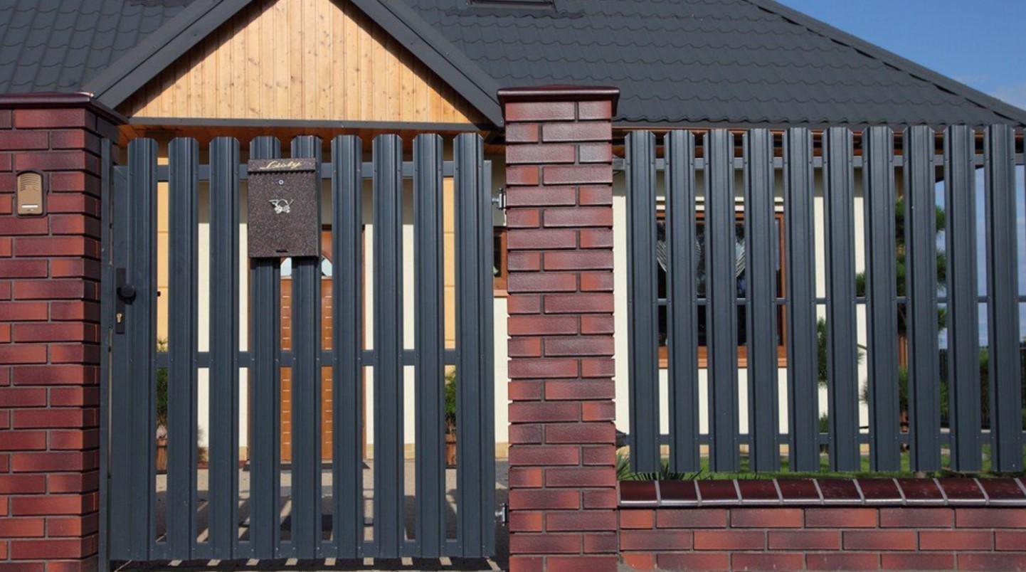 забор из металлического штакетника фото